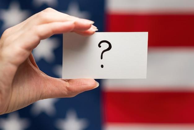 Punto interrogativo su una carta
