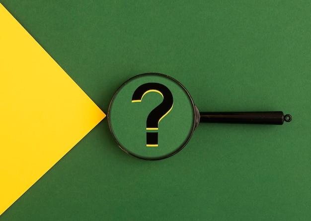 Punto interrogativo sulla lente di ingrandimento. concetto di q.