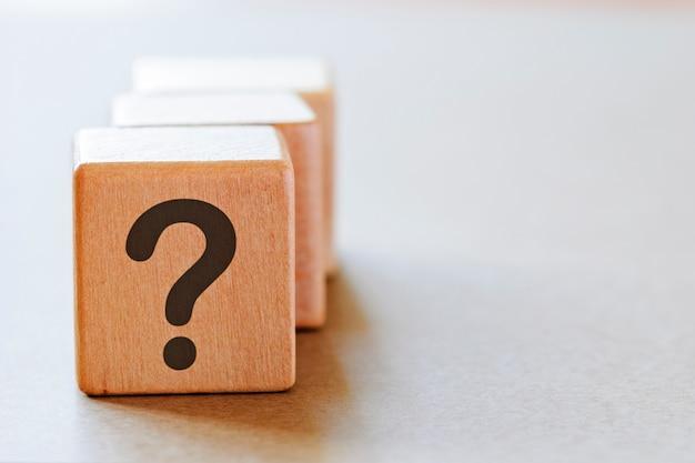 Punto interrogativo su piccoli dadi di legno
