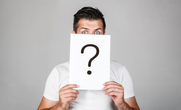 Punto interrogativo, simbolo. maschio pensieroso. uomo una domanda.