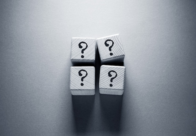 Punto interrogativo parola scritta su cubi di legno