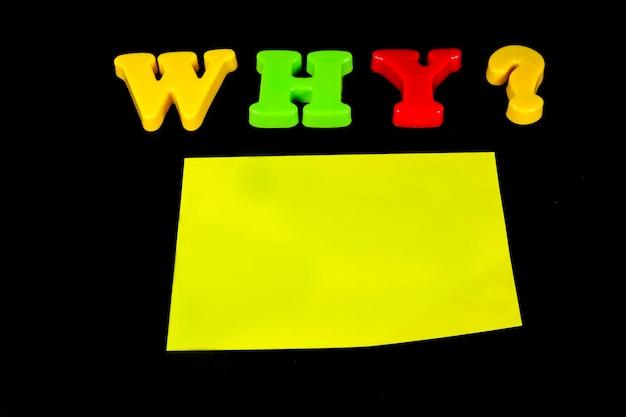 Domande, risposte su uno sfondo luminoso.