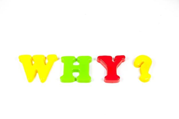 Domande, risposte su uno sfondo bianco brillante.