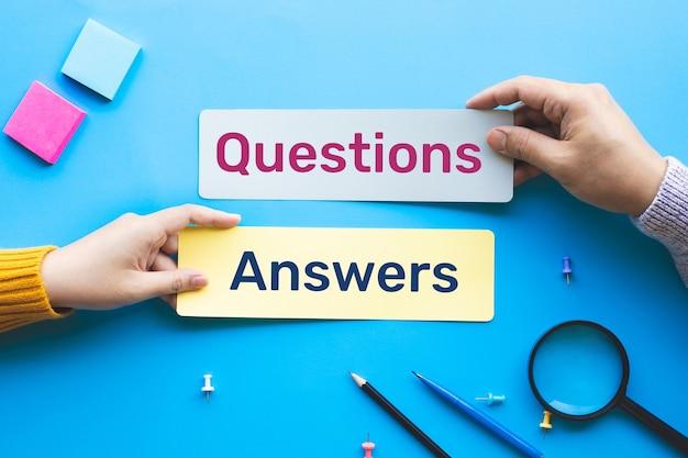 Concetti di domande e risposte con testo su carta a bolle di discorso.sviluppo aziendale o istruzione.vista dall'alto