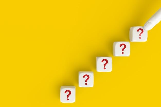 Domande segna la parola nel blocco cubo su sfondo giallo. domande frequenti risposta, domande e risposte. copia spazio. rendering 3d