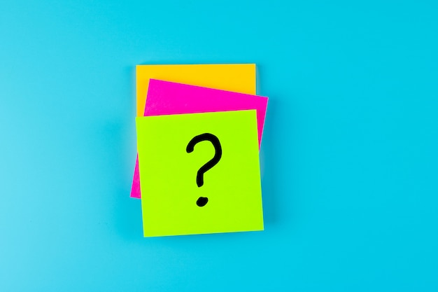 Domande mark (?) word in paper note frequentemente. faq (domande frequenti), risposta, domande e risposte, comunicazione e brainstorming, concetti relativi al giorno internazionale di una domanda