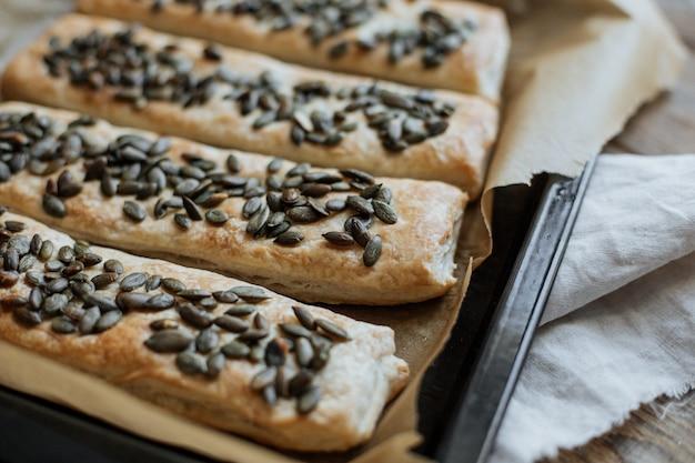 Spuntino veloce di pasta sfoglia cosparsa di semi di zucca.
