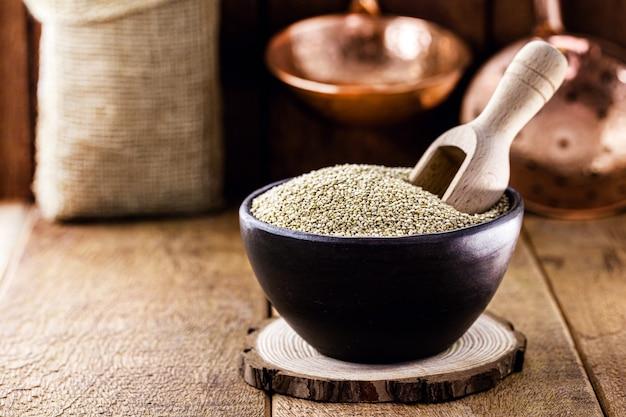 Quinoa in vaso di terracotta fatto a mano. superfood di cereali, cibo vegano