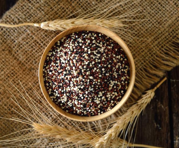 Semi di quinoa in ciotola su legno
