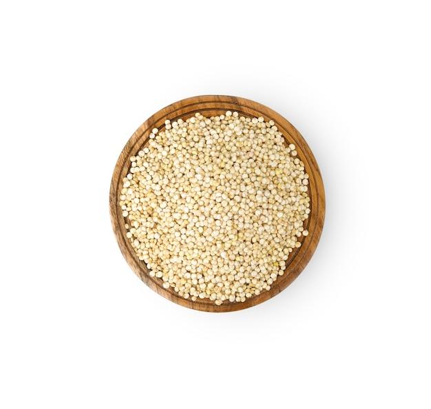 Semi di quinoa in una ciotola di legno isolato su bianco