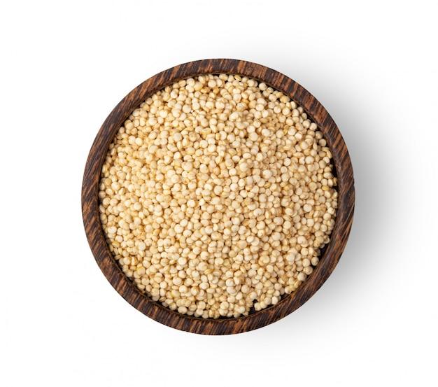 Semi di quinoa in ciotola di legno isolata