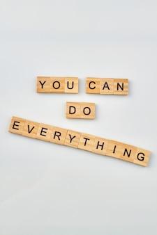 Cita per credere in te stesso. concetto di fiducia in se stessi realizzato da blocchi di lettere in legno su sfondo bianco.