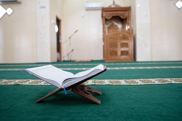Corano nella moschea