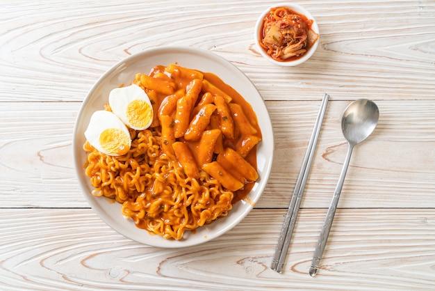 Rabokki (ramen o spaghetti istantanei coreani e tteokbokki) in salsa piccante coreana. stile di cibo coreano