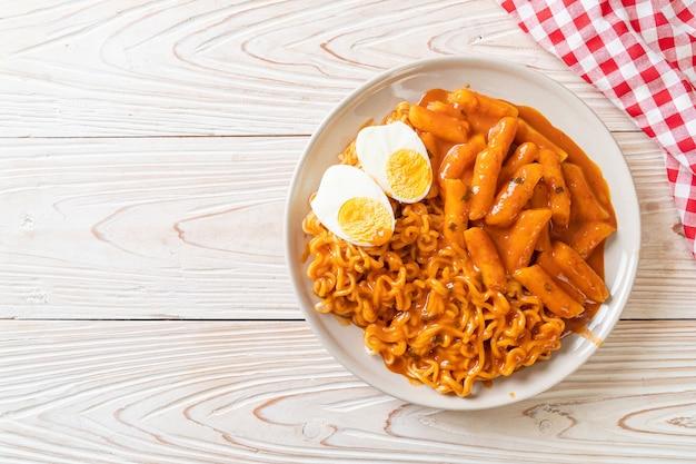 Rabokki (ramen o spaghetti istantanei coreani e tteokbokki) in salsa piccante coreana - stile coreano