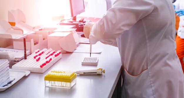 Rack di provette di sangue per analisi nel laboratorio di ematologia.