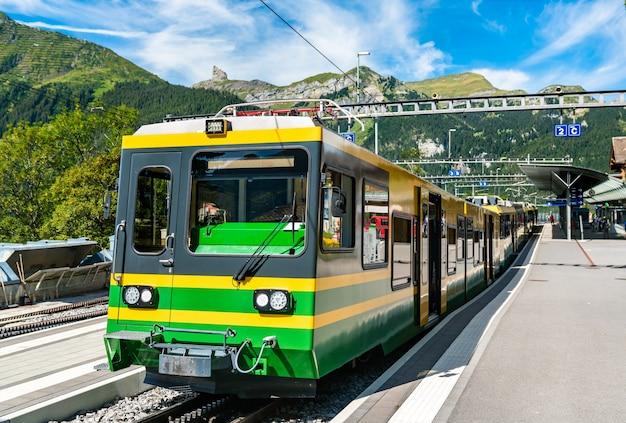 Treno di montagna a cremagliera a wengen sopra la valle di lauterbrunnen nelle alpi svizzere