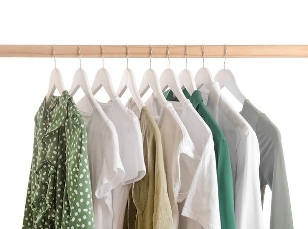 Rack con vestiti appesi sul muro bianco