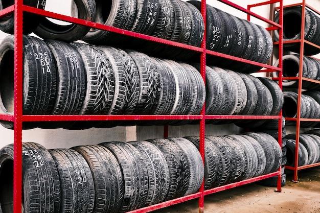 Rack di vecchi pneumatici