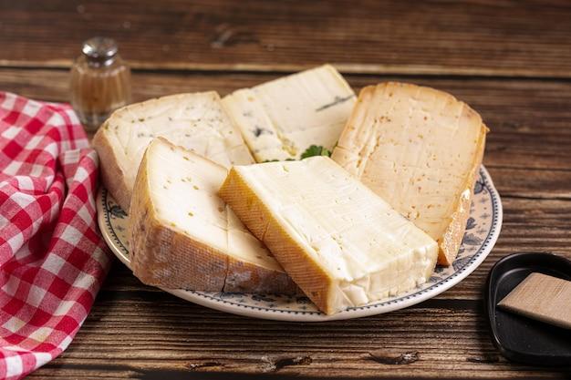 Piatto di formaggio raclette su un tavolo di legno