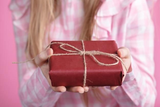 Rad giftbox in mani femminili in rosa