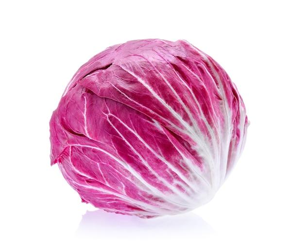Radicchio, insalata rossa isolata su priorità bassa bianca