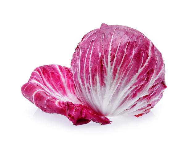 Radicchio, insalata rossa isolata su bianco