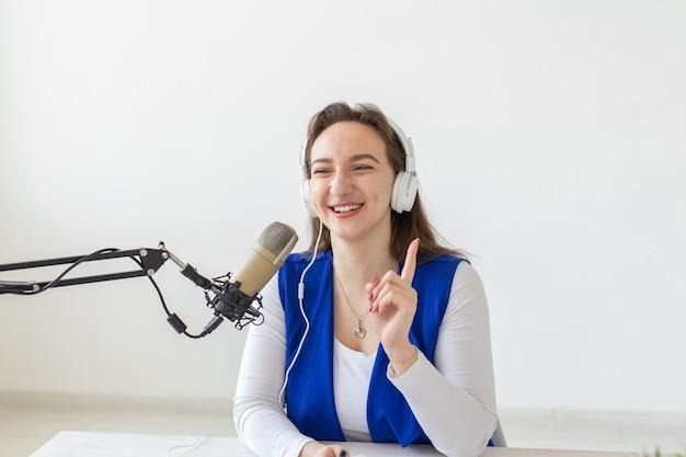 Radio, blogging, concetto di trasmissione - donna dj sta lavorando alla radio