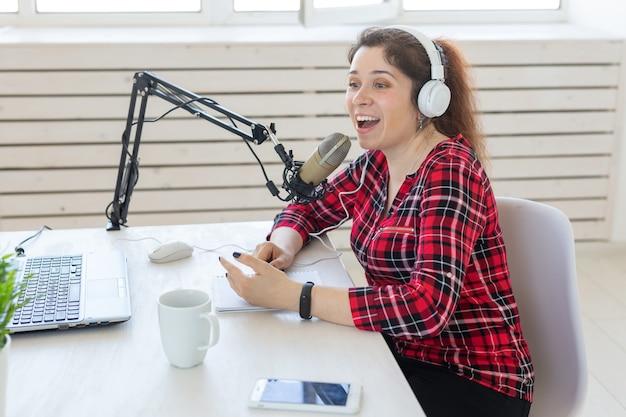 Radio, blogging, concetto di podcasting - presentatrice di donna ravvicinata alla radio.