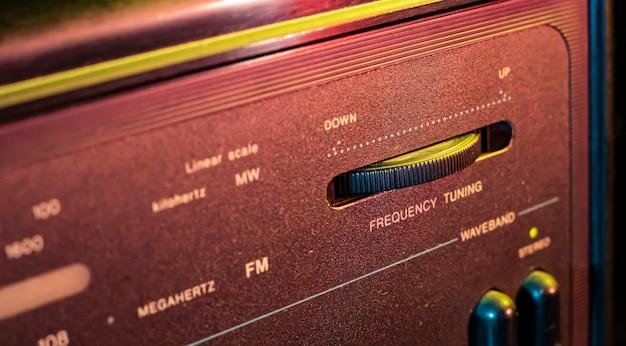 Dettaglio macro del controller di sintonizzazione a radiofrequenza in una vecchia apparecchiatura