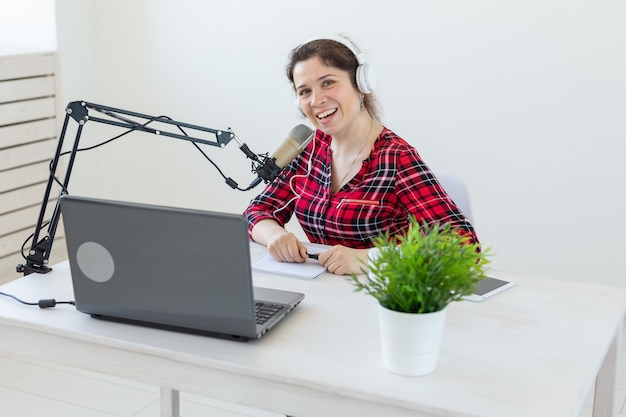 Conduttore radiofonico, blog, concetto di trasmissione - giovane donna che lavora alla radio