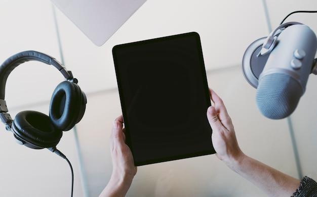 Conduttore radiofonico che trasmette in studio