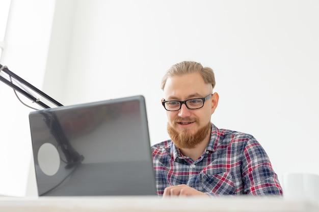 Conduttore radiofonico, streamer e concetto di blogger - primo piano di un bell'uomo che lavora come conduttore radiofonico alla stazione radio seduto davanti al microfono