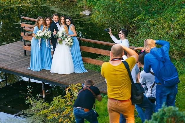 Radzivilki, bielorussia - 10 ottobre: i fotografi riprendono i testimoni dello sposo e le damigelle al workshop di matrimonio al 10 ottobre 2016 a radzivilki, bielorussia