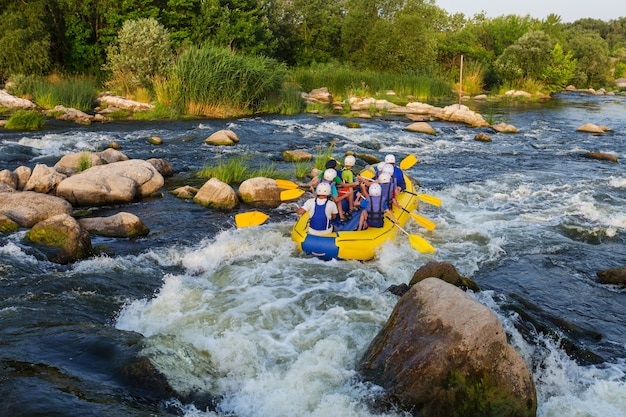 Squadra di rafting, sport acquatici estremi estivi