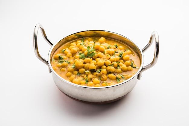 Il ragda è il curry indiano a base di piselli bianchi secchi servito in una ciotola. è un curry saporito, leggermente piccante e piccante di solito servito con una cotoletta di patate chiamata pattice