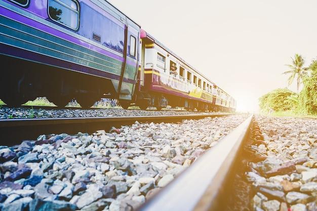 Ferrovia contro il bel cielo al tramonto giunzione ferroviaria paesaggio industriale con stazione ferroviaria