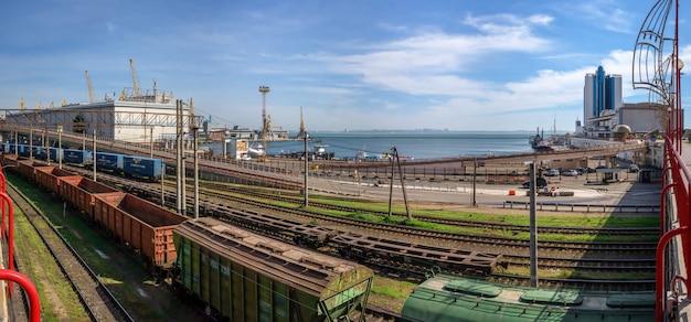 Binari ferroviari e cavalcavia nel porto commerciale di odessa, ucraina