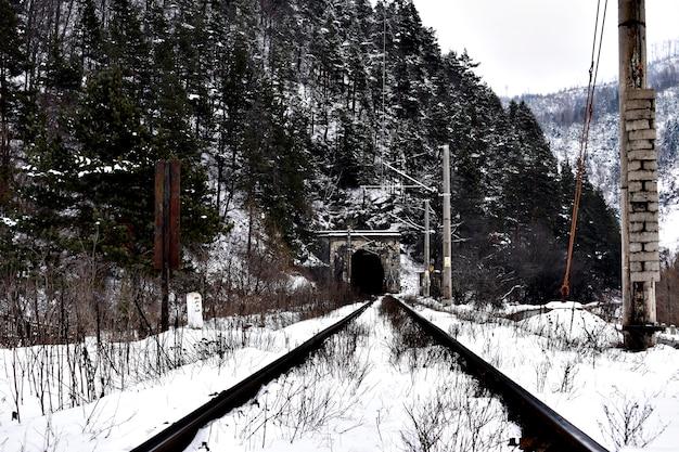 Binari ferroviari nel tunnel del treno