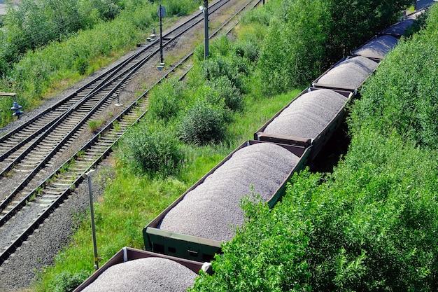 Carri ferroviari carichi di carbone. treno merci che trasporta carbone, legna, combustibile. vista dall'alto.