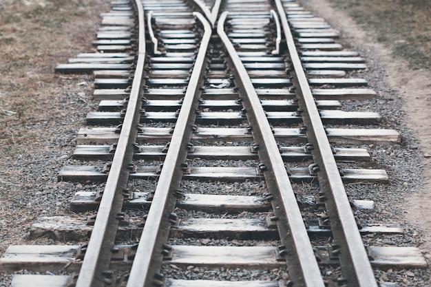 La ferrovia è coperta di ghiaccio. avvicinamento. messa a fuoco selettiva