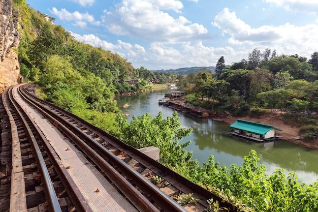 Ferrovia vicino al fiume
