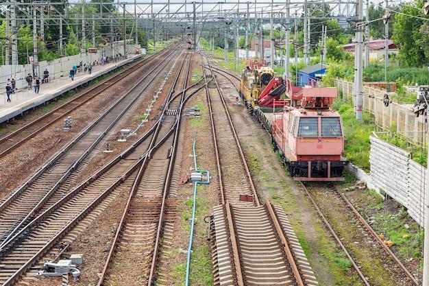 Piattaforma ferroviaria con passeggeri e locomotive. vista dall'alto.