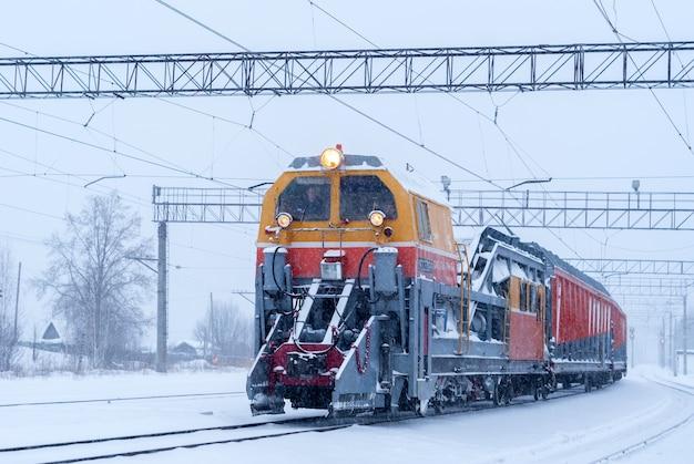 Sgombero neve ferroviario treno per la pulizia dei binari e degli scambi delle stazioni durante la nevicata