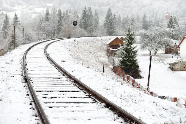 Ferrovia nella neve. paesaggio invernale con binari vuoti