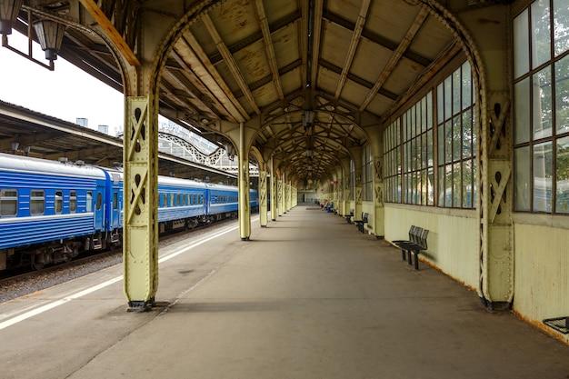 Stazione ferroviaria, è il treno alla piattaforma.