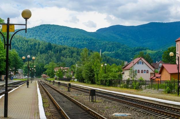 Stazione ferroviaria con piattaforma di atterraggio in montagna in estate, ucraina