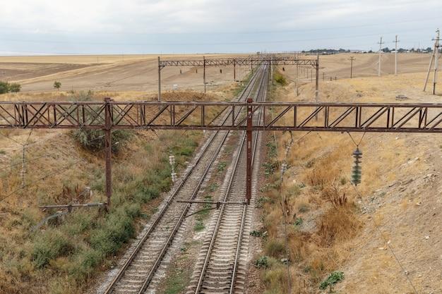 La ferrovia nella steppa del kazakistan, vista delle rotaie dal ponte.