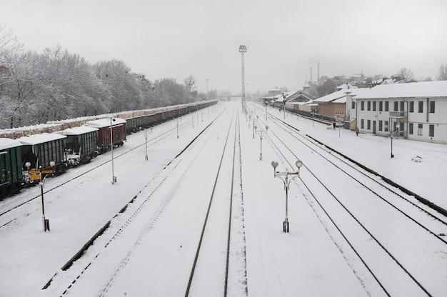 Binario ferroviario durante forti nevicate.