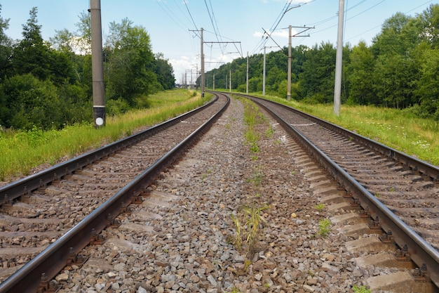 Binario ferroviario in una giornata estiva.